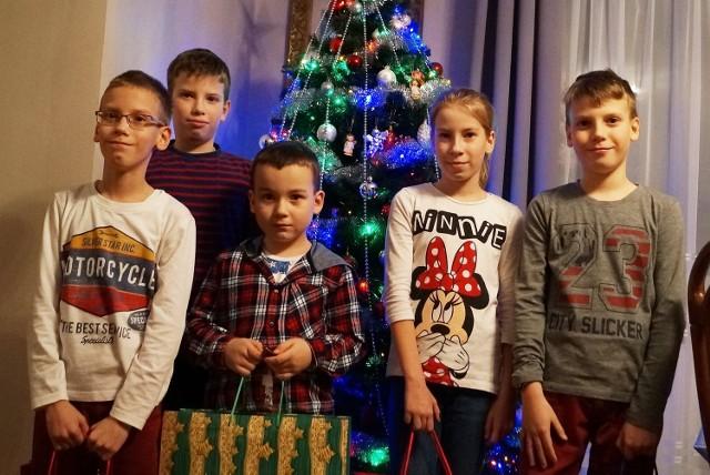 Tradycyjnie tuż przed Bożym Narodzeniem, wspólnie ze Sławomirem Szeligą, lekarzem i społecznikiem z Inowrocławia oraz jego synkiem Kacprem (pierwszoklasista), odwiedziliśmy czworaczki z  Topoli.