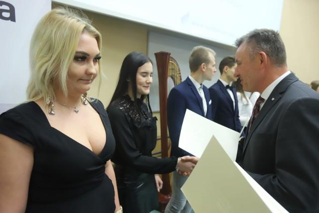 252 najzdolniejszych uczniów z województwa łódzkiego odbierało we wtorek (18 lutego) dyplomy stypendysty Prezesa Rady Ministrów i Ministra Edukacji Narodowej.