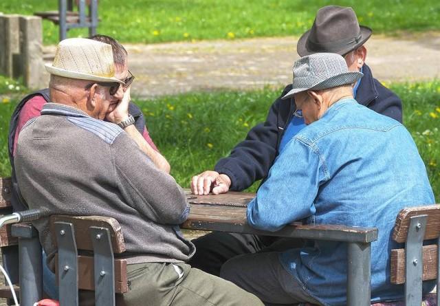 Ile lat trzeba przepracować, by na emeryturze dostawać 15 tys. zł miesięcznie? Jak to możliwe, że najniższe świadczenie to zaledwie kilka groszy? Zakład Ubezpieczeń Społecznych zebrał dane o emerytalnych rekordzistach w naszym województwie.Więcej na kolejnych slajdach >>>