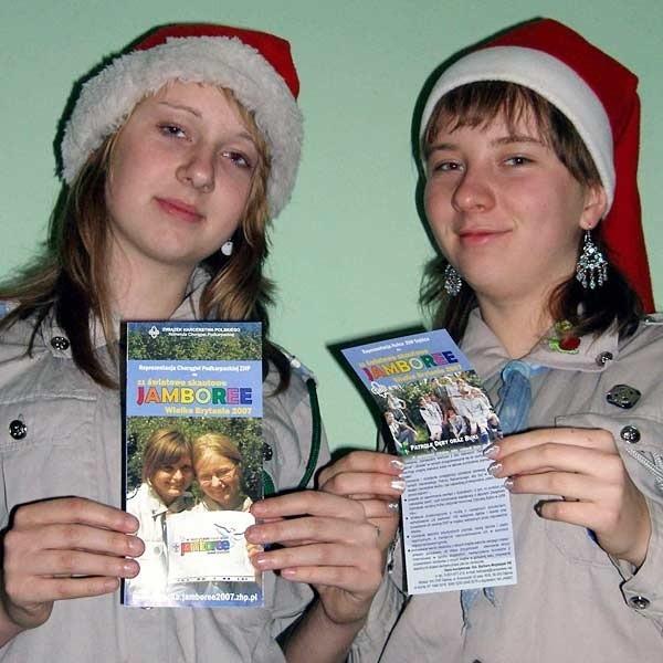 Dębickie harcerki szykują się do wyjazdu na zlot skautów, by mieć pieniądze na wyjazd m.in. sprzedają kartki.