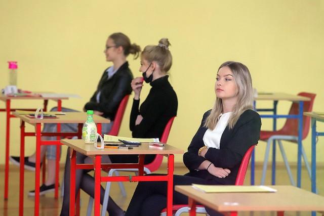Maturzyści z ogólniaka na Widzewie-Wschodzie, w oczekiwaniu na wejście do sal egzaminacyjnych, nosili okrycia ust i nosa. Zgodnie z obowiązującymi procedurami, mogli zdjąć te zasłony po zajęciu swojego miejsca.