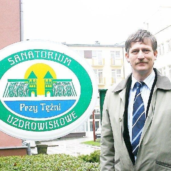 Na zdjęciu dyrektor Adam Skowroński przy  stelażu z nową nazwą sanatorium