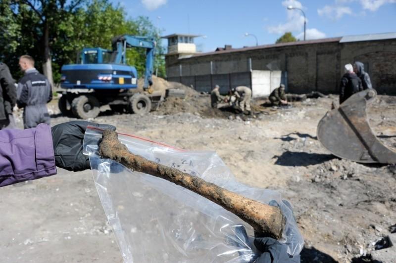 Areszt Śledczy. Znaleźli pierwsze szczątki i ludzkie kości (zdjęcia)