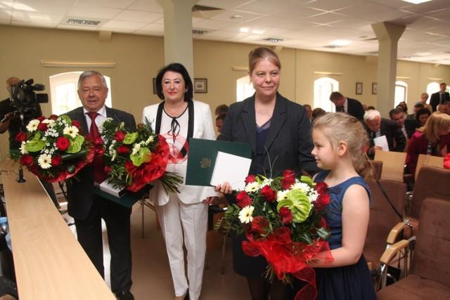 Na zdjęciu od lewej: sędziowie Kazimierz Bartmański i Grażyna Szweda, Katarzyna Wojteczek-Laszczak, córka odznaczonego pośmiertnie sędziego Jerzego Wojteczka oraz jego wnuczka Julia.