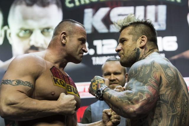 Raper Popek (z prawej) niezbyt dobrze będzie wspominał swój powrót do MMA