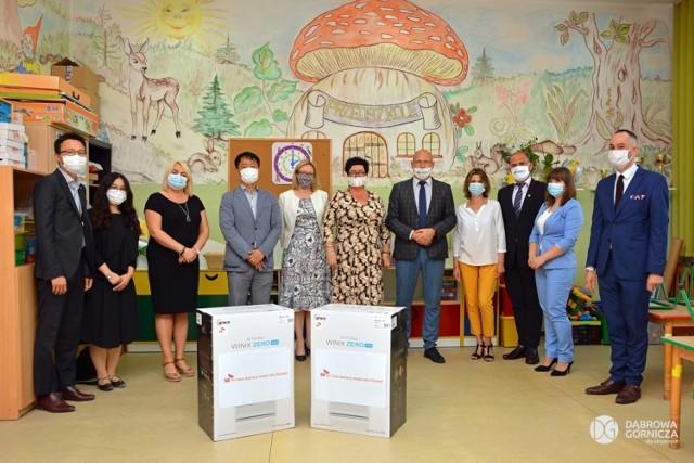 Pierwsza partia oczyszczaczy powietrza trafiła do dąbrowskich szkół i przedszkoli w 2020 roku Zobacz kolejne zdjęcia/plansze. Przesuwaj zdjęcia w prawo - naciśnij strzałkę lub przycisk NASTĘPNE