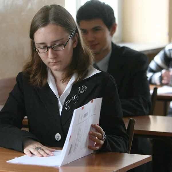 Maturzyści z III LO w Rzeszowie tuż po pisemnej maturze z angielskiego.