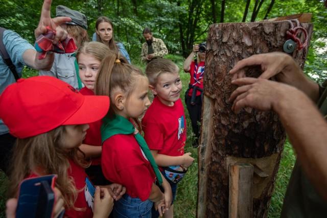 Kłoda bartna została zawieszona na jednym z drzew w Myślęcinku z inicjatywy Stowarzyszenia Czysta Puszcza Bydgoska. W tym wyjątkowym wydarzeniu wzięli udział, m.in. harcerze.
