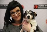 Aktorzy w roli bezdomnych psów namawiają łodzian do przynoszenia darów dla czworonogów