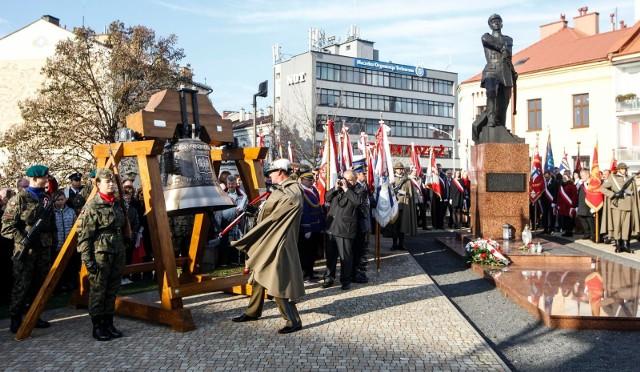 Okolicznościowy dzwon został odlany jesienią ubiegłego roku specjalnie z okazji 100-lecia odzyskania przez Polskę Niepodległości.
