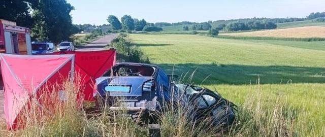 W środę przed godziną 7:00 doszło do tragicznego w skutkach wypadku na drodze Jodeliszki-Krasnowo.  Ze zgłoszenia wynikało, że samochód osobowy znajduję się na poboczu drogi, a kierowca jest uwięziony w środku pojazdu. Do działań zadysponowano dwa zastępy z JRG Sejny oraz zastęp z OSP Bubele, pomimo udzielenia pomocy przez służby ratownicze lekarz stwierdził zgon mężczyzny.  Poszkodowany podróżował sam.