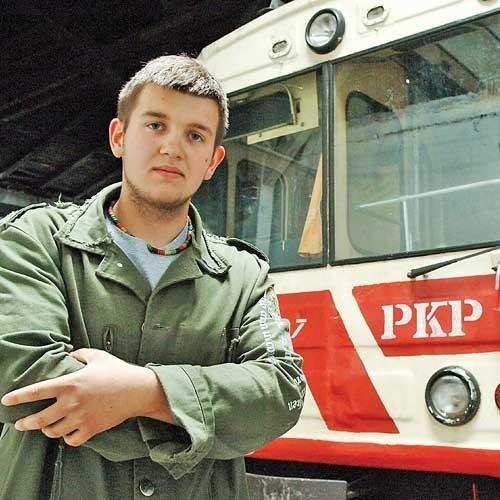 Za Adamem Ziętkiem widać lokomotywę. – Już niewiele nam brakuje, aby pojechała w swój pierwszy kurs – mówi. Koszalińska wąskotorówka została zlikwidowana w 2001 roku.