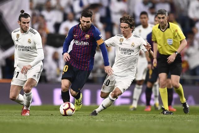 Rywalizacja Barcelony i Realu Madryt to chyba najsłynniejszy piłkarski klasyk na świecie (kolejne El Clasico w środę 18 grudnia). Nie brakowało w tych meczach pięknych bramek i wielkich emocji. Były jednak również kontrowersje i skandale, podlane w dodatku politycznym sosem. Tak jest zresztą i tym razem, bo zaplanowane pierwotnie na 26 października spotkanie musiało zostać przełożone z powodu zamieszek w stolicy Katalonii.A na rozgrzewkę przed meczem na Camp Nou przypominamy to i owo. Może sami coś dodacie...