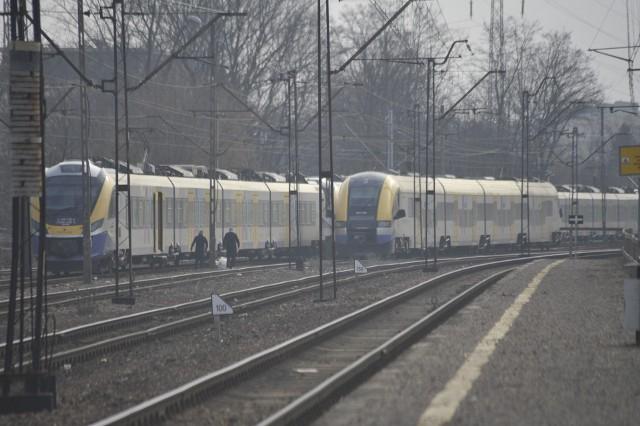Pomiędzy kursami, Koleje Małopolskie odstawiają pociągi na Olszę. Stoją często z włączonymi silnikami