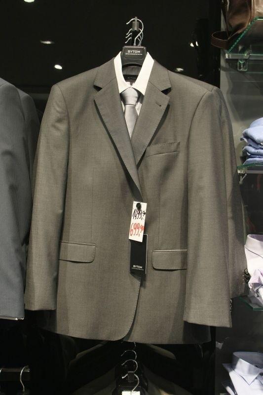 Salon firmowy Bytom w Galerii Echo z odzieżą dla panów proponuje między innymi garnitur męski z wełny, który po obniżce z 1499 złotych kosztuje teraz jedynie 699 złotych.