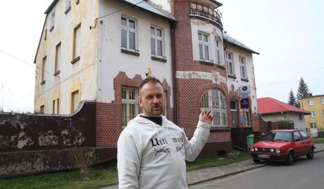Już w 2014 roku Ryszard Wittke, mieszkaniec i znawca historii Tułowic, alarmował, że placówka może być przeniesiona do boksu w pasażu handlowym, a nawet zlikwidowana.