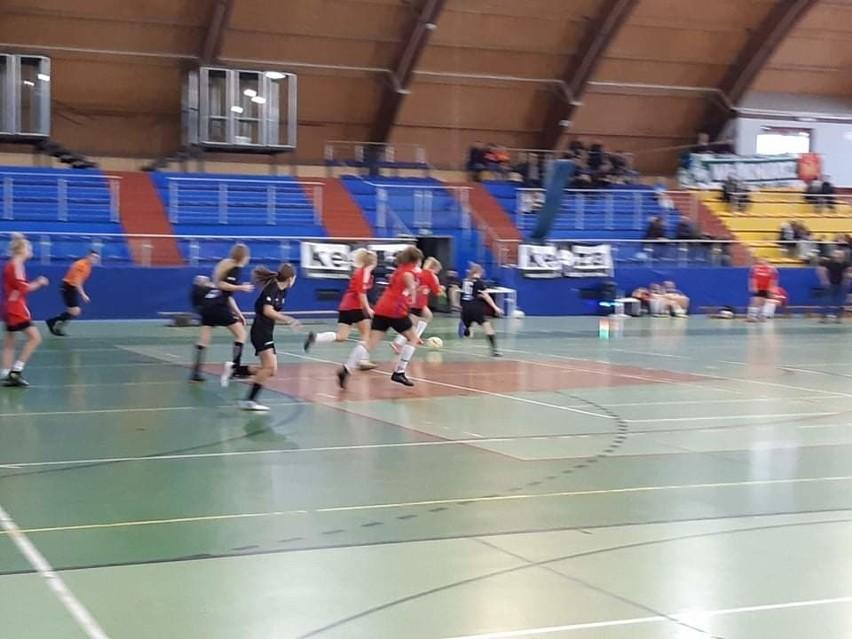 W zgierskiej hali piłkarki rozgrywały bardzo ciekawe mecze....