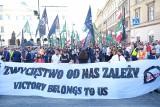 Marsz Zwycięstwa odbył się mimo zakazu. Tak wyglądał przemarsz narodowców ulicami Warszawy [ZDJĘCIA] [WIDEO]