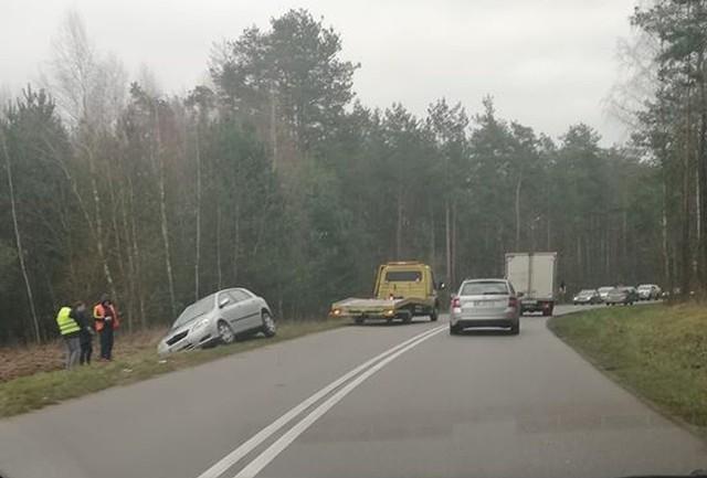 Jeden samochód dachował w okolicy miejscowości Tryczówka, a drugi przed miejscowością Wojszki