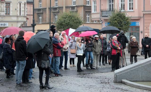 Zdecydowanie mniej grudziądzanek i panów przyszło dziś na Rynek by wziąć udział w Ogólnopolskim Strajku Kobiet niż podczas pierwszego protestu na początku października. Mimo niższej frekwencji, uczestnicy dzisiejszej manifestacji także ostro krytykowali działania rządu w sprawie zaostrzenia ustawy antyaborcyjnej.