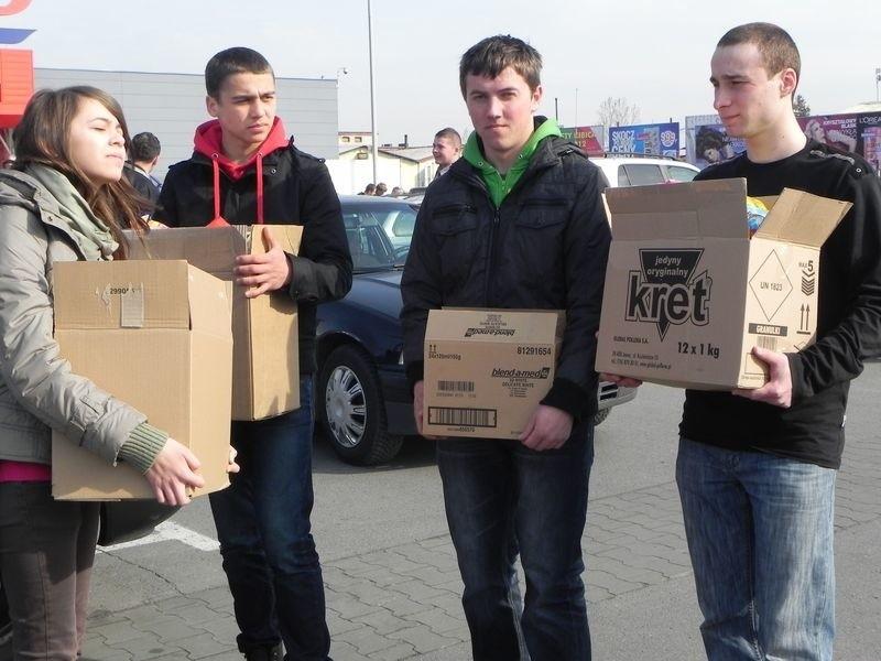 Licealiści z Grębowa za zebrane pieniądze kupili sześć paczek pampersów, które następnie zawieźli do Domu Dziecka w Stalowej Woli.