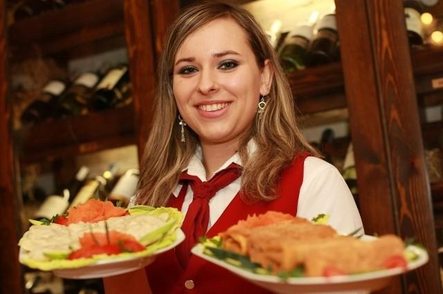 W Sukiennicach można zamówić m.in. pierogi i krokiety. Na zdjęciu kelnerka Agnieszka Grzywacz.