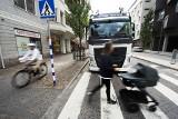 Ciężarówka, która wykrywa pieszych i hamuje