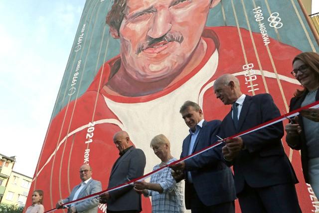 W uroczystości odsłonięcia muralu Bronka Malinowskiego wzięły udział władze Grudziądza, a także m.in. Robert Malinowski - były prezydent Grudziądza, a prywatnie brat olimpijczyka.