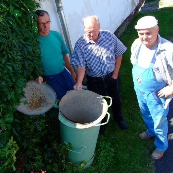 - Nasze kubły są puste, bo nie mamy czego do nich wrzucać - mówią (od lewej) Józef Cwielong, Józef Majnusz i Antoni Świtała.