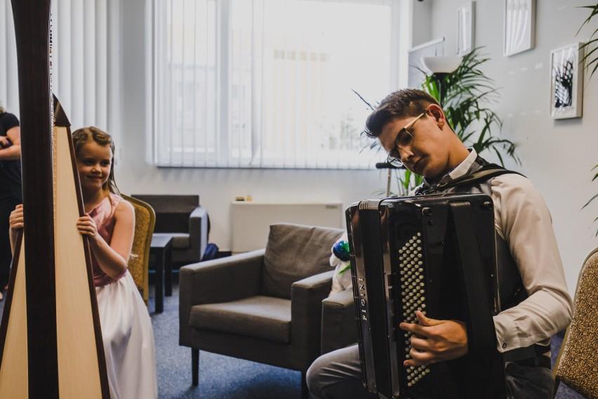 W tej edycji konkursu Polskę reprezentuje dwóch młodych i...