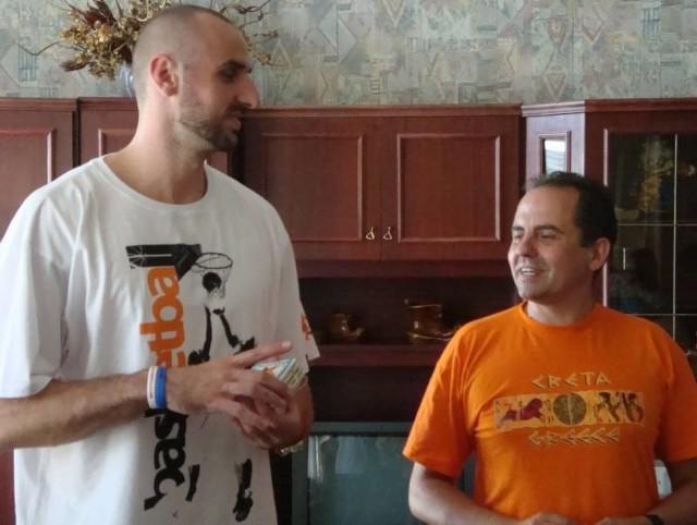 - Marcin Gortat to niesamowicie miły człowiek - mówi Wojciech Żurowski, dyrektor Domu Dziecka w Kożuchowie. - Miał też coś specjalnego dla nas. Piłkę do koszykówki. Dokładnie taką, jaką gra się na parkietach NBA. Podpisał się na niej. A my postanowiliśmy ją zlicytować.