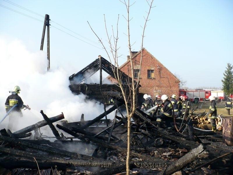 Ogień przerzucił się z łąki na zabudowania gospodarcze....