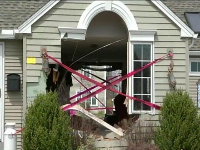Samochód uderzył w dom. Przebił budynek na wylot (WIDEO, ZDJĘCIA)Samochód uderzył w dom. Przebił budynek na wylot (WIDEO, ZDJĘCIA)
