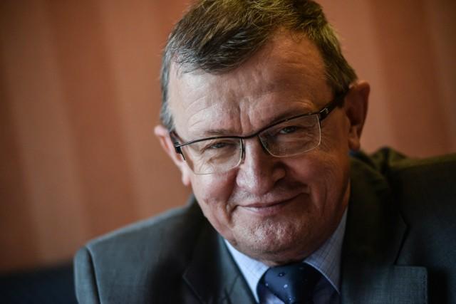Tadeusz Cymański. Urodził się 6 czerwca 1955 roku w Nowym Stawie. Polityk, były samorządowiec, poseł na Sejm. W 2015 roku dostał się do parlamentu z list Prawa i Sprawiedliwości, z okręgu wyborczego w Gdańsku. W latach 1990-1998 był burmistrzem Malborka. Szachista. W 2003 pokonał byłego mistrza świata Anatolija Karpowa