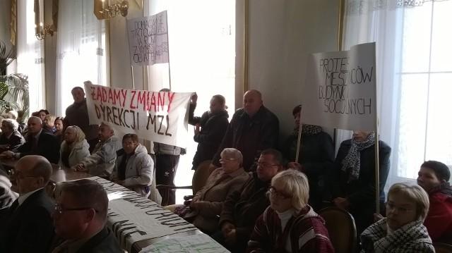 Rada miejskaDecyzji radnych towarzyszył protest mieszkańców bloku przy ulicy Starooaptowskiej, którzy nie chcą sąsiadować z lokalami socjalnymi.
