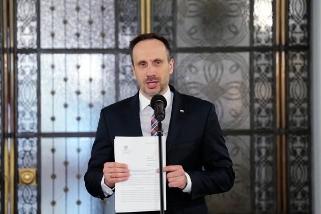 """Janusz Kowalski ukarany przez sejmową komisję etyki za wypowiedzi o osobach LGBT. """"Tak nie powinien zachować się poseł"""""""