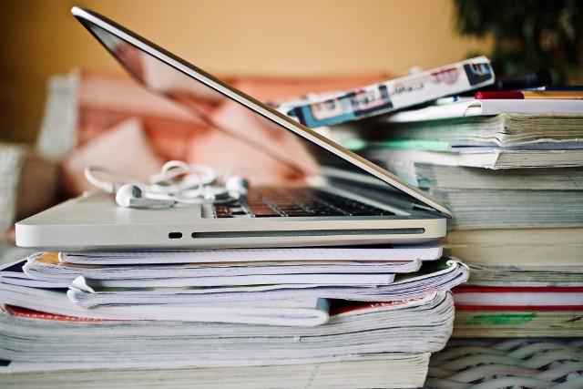 Władze poznańskich uczelni zajmują się organizacją kształcenia w letnim semestrze. Czy zajęcia będą nadal w większości prowadzone w trybie zdalnym czy jednak studenci wrócą do sal wykładowych? Większość uzależnia odpowiedź od sytuacji epidemiologicznej w kraju oraz zaleceń Ministra Edukacji i Nauki Przemysława Czarnka.