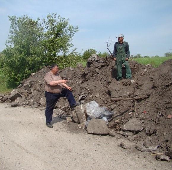 Mieszkańcy Klępina wystraszyli się, że nawieziona sterta ziemi posłuży do zasypania drogi, o której utrzymanie walczą od ponad dwóch lat. Urzędnicy zapewniają, że droga pozostanie.