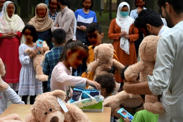 Część ewakuowanych przez polski rząd uchodźców z Afganistanu ulokowano w hotelu pod Bełchatowem. Przechodzą tu kwarantannę związaną z potencjalnym zakażeniem koronawirusem.CZYTAJ DALEJ NA KOLEJNYM SLAJDZIE>>>