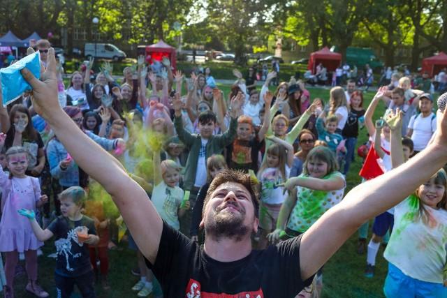 Na Jasnych Błoniach w Szczecinie odbył się najbardziej kolorowy event w mieście! Bawili się młodzi i starsi, a sama zabawa była przednia! Na szczęście pogoda również dopisała! Zobaczcie te pełne radości momenty uchwycone przez naszego fotoreportera.