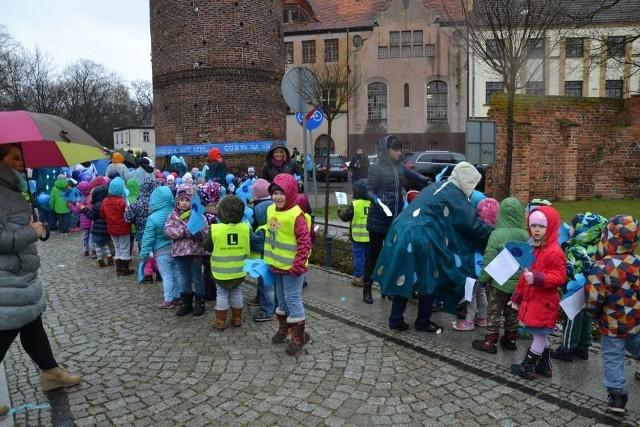 W zeszłym roku w marszu solidarnościowym z chorymi na autyzm wzięli udział dorośli i dzieci.