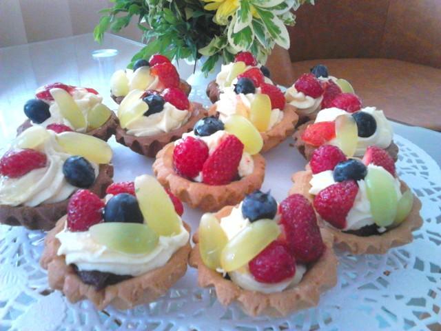 Domowe babeczki z masą budyniową i  sezonowymi owocami . Zobaczcie przepis!