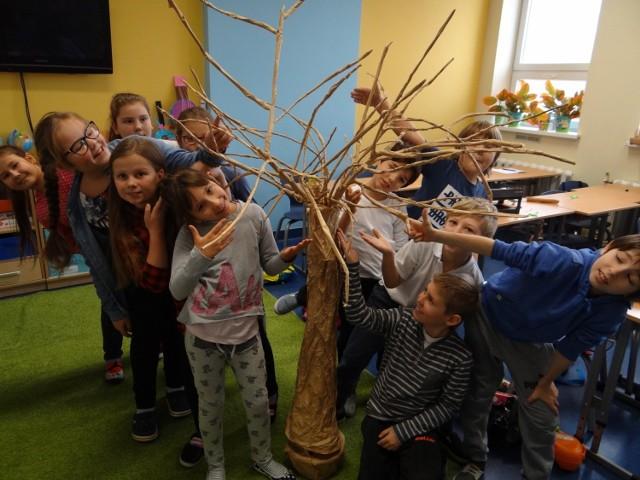 Jedno zadanie finałowe to przygotować film o czytaniu książek, ale drugie było techniczne, uczniowie projektowali i wykonywali karmniki dla ptaków