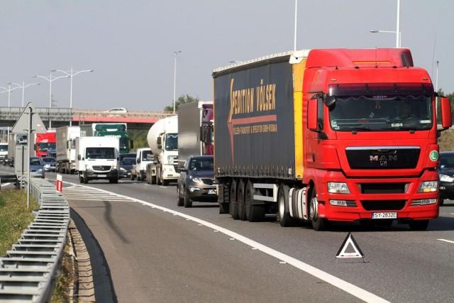 Po wypadku ciężarówek na AOW obwodnica jest zakorkowana