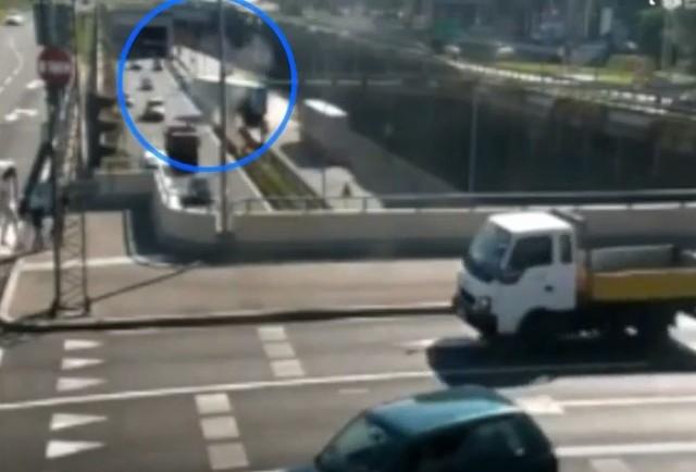 Do wypadku doszło środę około godziny 11.30 na ulicy Chorzowskiej w Katowicach. Jak wynika z ustaleń policjantów, kierowca samochodu ciężarowego marki Scania, jadąc ulicą Chorzowską, najprawdopodobniej nie dostosował prędkości do warunków drogowych, stracił panowanie nad pojazdem i wyłamał bariery oddzielające pasy jezdni.