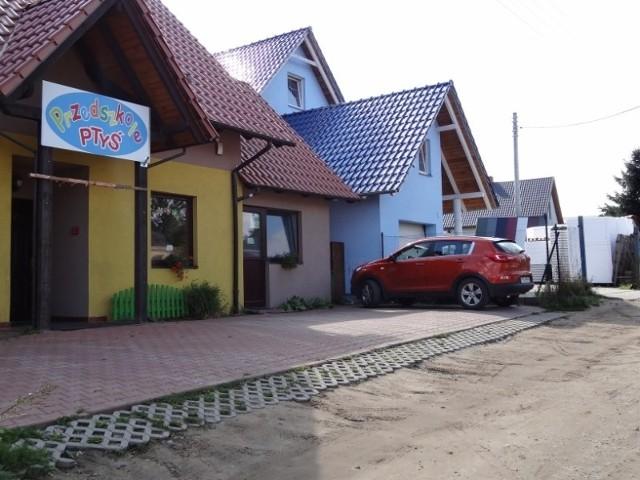 W Kiekrzu przy ulicy Kasztanowej w bezpośrednim sąsiedztwie niepublicznego przedszkola znajduje się firma handlująca styropianem.