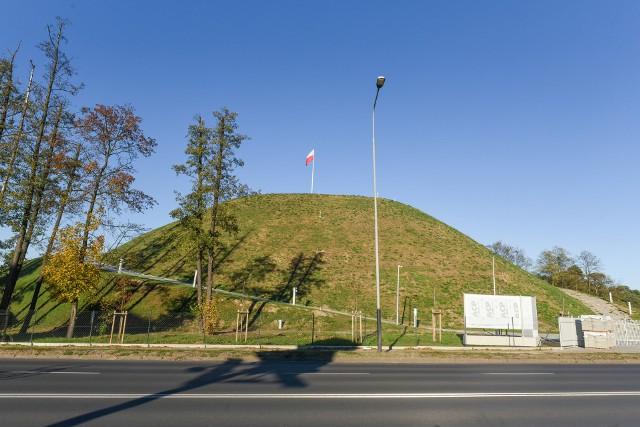 Kopiec Wolności w Poznaniu jest już gotowy do otwarcia po ostatnim remoncie. Otwarcie to nastąpi 11 listopada, równo w stulecie odzyskania niepodległości, aczkolwiek dostęp do platformy widokowej na szczycie i tak jest mocno ograniczony. Pozwoliły na to prace prowadzone w ciągu ostatniego roku, bo dotąd stan kopca był tak zły, że tylko jedna osoba podejmowała ryzyko wchodzenia na szczyt z flagą.