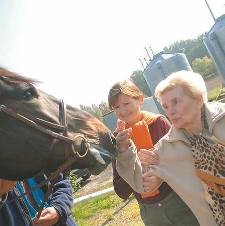 - Pierwszy raz w życiu dotknęłam konia - cieszy się rekonwalescentka Eugenia Pawłowska podtrzymywana przez Lidię Kurzawę