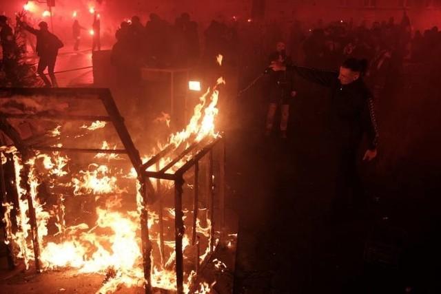 """Zgodnie z tradycją, finałem Sąsiedzkiego Sylwestra na Skwerze będzie projekt w ogniu. W tym roku na skwerze Eki z Małeki spłonie """"Rzeźba psów dla psów"""" stworzona przez Łukasza Trusewicza wraz z mieszkańcami Łazarza i ich czworonogami."""