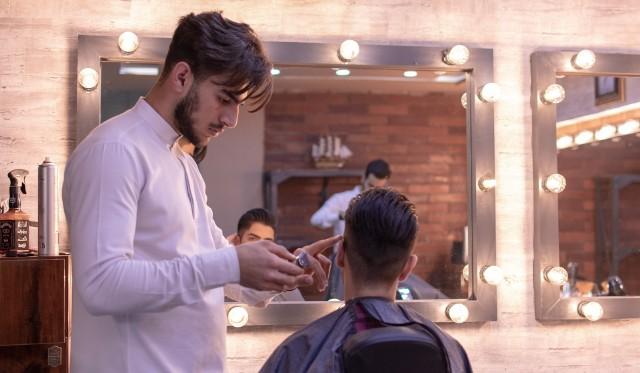 Tegoroczne modne męskie fryzury to m.in. buzz cut czy pompadour. Szybko da się je okiełznać, a co ważne dodają mężczyznom pewności siebie. Modne są zarówno krótkie, męskie fryzury, jak i nieco dłuższe uczesania. Każdy z panów powinien więc znaleźć coś dla siebie. Wśród aktualnych trendów znajdziemy m.in. french crop, który przypomina strzyżenie na francuskiego elegancika, jak i blowout, czyli artystyczny nieład. Te fryzury odejmą Ci lat! Sprawdź nasze zestawienie modnych cięć dla panów na 2021 rok. Czytaj dalej. Przesuwaj zdjęcia w prawo - naciśnij strzałkę lub przycisk NASTĘPNE